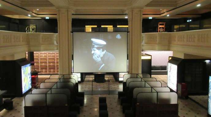 Im Tresorsaal des Pariser Wirtschaftsmuseums werden Ausschnitte aus dem Kurzfilm «Die Bank» von und mit Charlie Chaplin gezeigt.