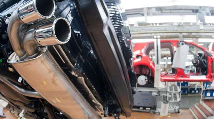 Ein Auspuffrohr von einem VW Golf 7 mit TDI Dieselmotor im Licht einer Fertigungsstrecke.