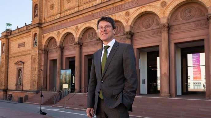 Alexander Klar, neuer Leiter der Hamburger Kunsthalle, vor dem alten Gebäude der Kunsthalle Hamburg.
