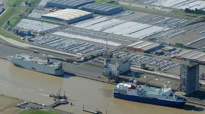 Drei Autotransportschiffe liegen an der Pier des Autoterminals in Emden.