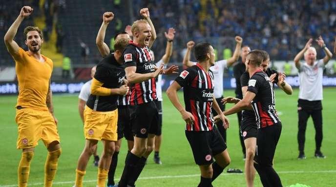 Die Frankfurter Spieler feiern den Einzug in die Europa League.