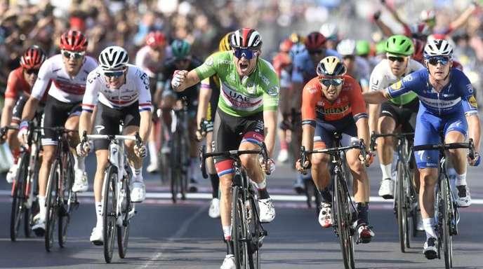 Der Norweger Alexander Kristoff (M.) bejubelt seinen Sieg auf der zweiten Etappe der Deutschland Tour.