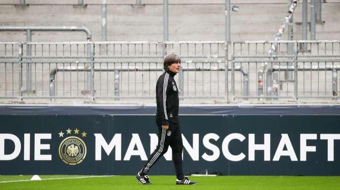 Bundestrainer Joachim Löw geht im Millerntorstadion über den Platz.