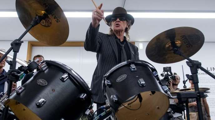 Udo spielt Schlagzeug.