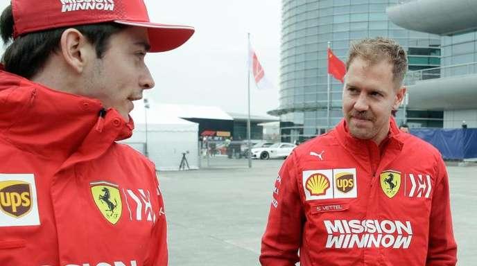 Sebastian Vettel (r) und Charles Leclerc wollen in Monza einen Ferrari-Sieg einfahren.