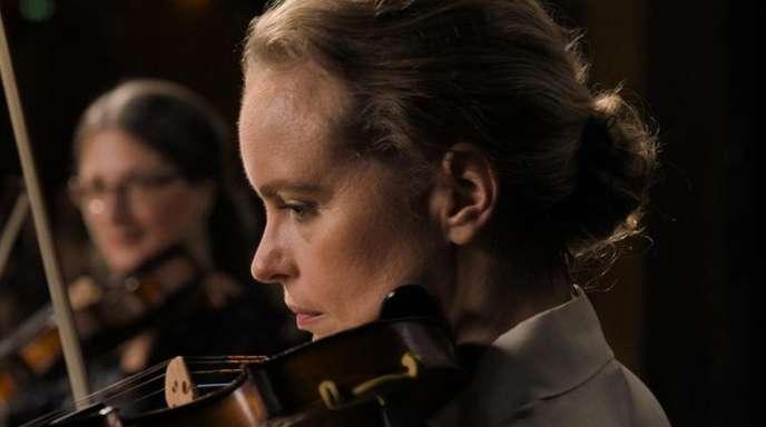 """Nina Hoss als Anna Bronsky und Ilja Monti als Alexander Paraskevas in einer Szene des Films """"Das Vorspiel""""."""