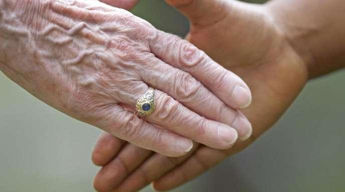 Händeschütteln zur Begrüßung ist nach wie vor der Standard in Deutschland. Doch einige finden den Handschlag zu distanziert, manche uncool, viele unhygienisch.