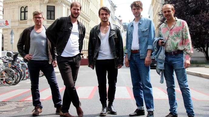 Lukas Hasitschka, Marco Michael Wanda (eigentlich Michael Marco Fitzthum), Manuel Christoph Poppe, Christian Hummer und Reinhold Weber sind Wanda.