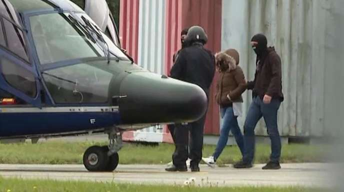 Vermummte Polizisten führen die Witwe des IS-Terroristen Denis Cuspert zu einem Hubschrauber der Bundespolizei.