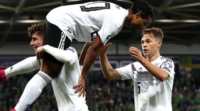 Kai Havertz, Serge Gnabry und Joshua Kimmich (l-r) feiern Gnabrys Treffer zum 2:0.