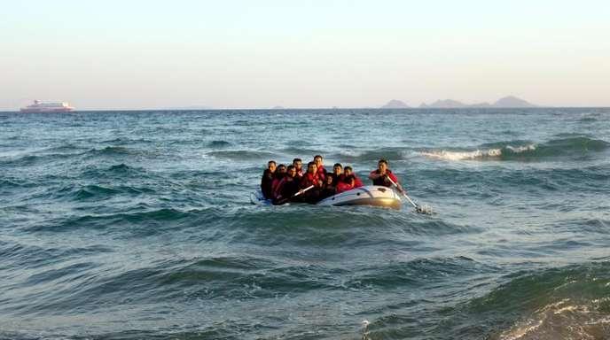 Migranten aus Bangladesch steuern in einem Schlauchboot auf die griechische Insel Kos zu.