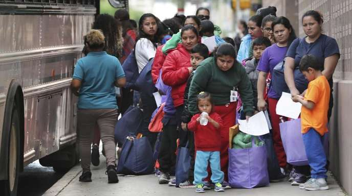 Migranten mit Kindern vor einer texanischen Haftanstalt.