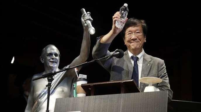 Shigeru Watanabe aus Japan erhält den Ig-Nobelpreis in Chemie für die Schätzung des gesamten Speichelvolumens, welches ein durchschnittlicher Fünfjähriger pro Tag produziert.