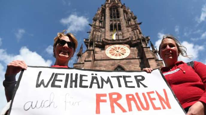 Zwei Frauen der Initiative Maria 2.0 werben vor dem Freiburger Münster für «Weiheämter auch für Frauen».