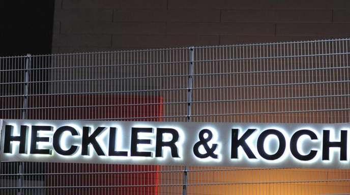Das Logo des Waffenherstellers Heckler & Koch, aufgenommen am Stammsitz im baden-württembergischen Oberndorf.
