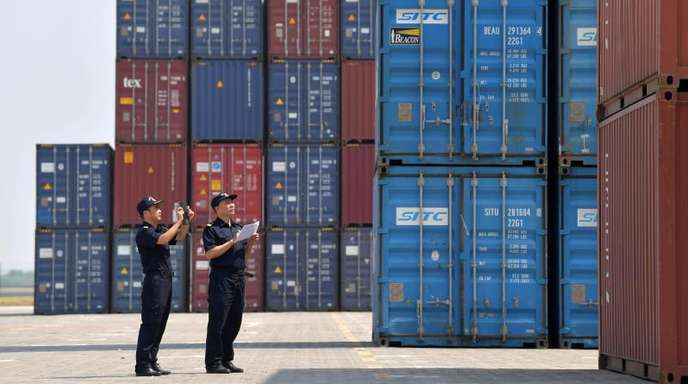 Zollbeamte inspizieren Container im Longtougang Port in Nanchang City.