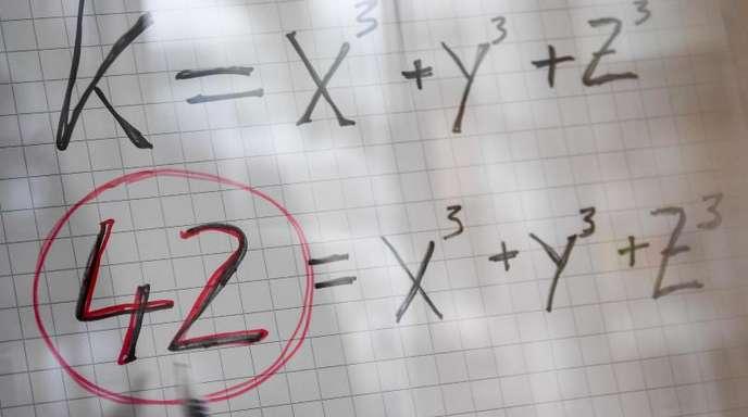 Eine mathematische Formel: 42 = x³ + y³ + z³ - gelöst wurde sie erst vor kurzem und mit allerhand Aufwand.