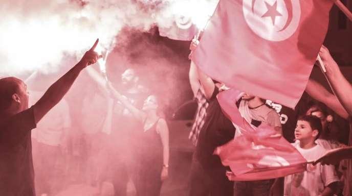 Unterstützer des inhaftierten tunesischen Präsidentschaftskandidaten und Medienmoguls Nabil Karoui feiern nach den ersten Wahlergebnissen.