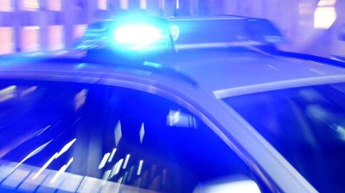 Ein Streifenwagen der Polizei mit eingeschaltetem Blaulicht.