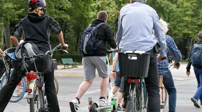 Es wird noch enger in den Städten: E-Tretroller konkurrieren mit Autos, Radfahrern und Fußgängern.