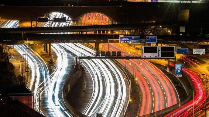 Verkehr auf der Berliner Stadtautobahn A100.