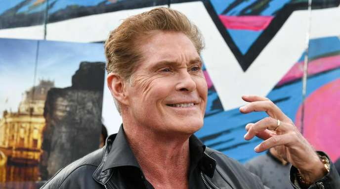 David Hasselhoff vor der East Side Gallery.