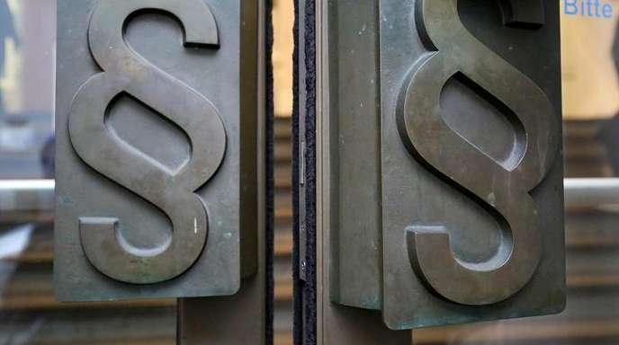 Zwei Aktienhändlern wird die Beteiligung an umstrittenen Aktiengeschäften zu Lasten der Staatskasse vorgeworfen.