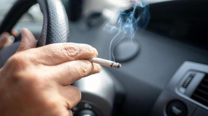Wird das Qualmen im Auto künftig verboten?