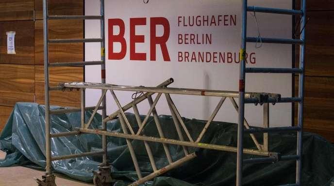 Am Hauptstadtflughafen BERwird immer noch gebaut und repariert.