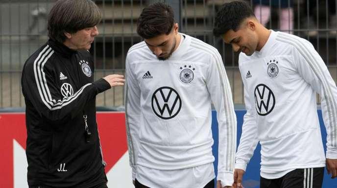 Muss improvisieren: Bundestrainer Joachim Löw mit den beiden Neulingen Suat Serdar und Nadiem Amiri (l-r).