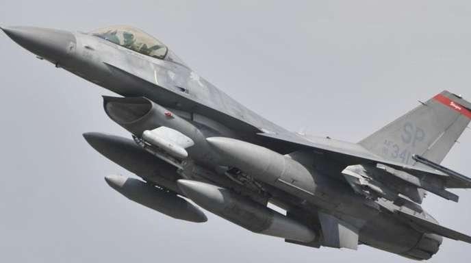 Ein US-Kampflugzeug vom Typ F-16 Falcon startet auf der Airbase Spangdahlem.
