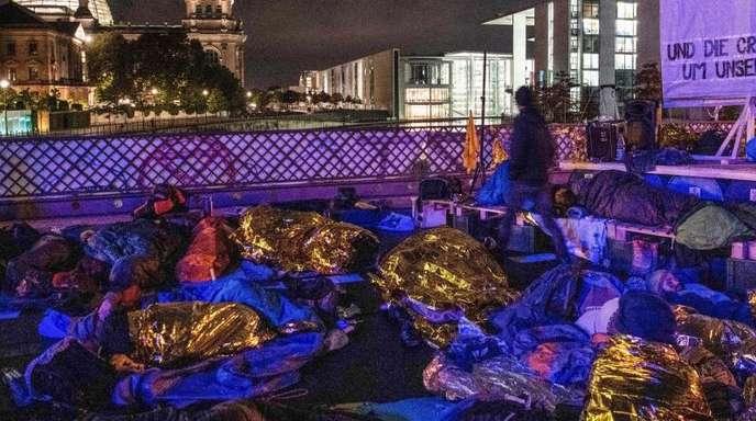 Aktivisten der Umweltbewegung «Extinction Rebellion» besetzen die Marschallbrücke inBerlin, im Hintergrund ist der Reichstag zu sehen.