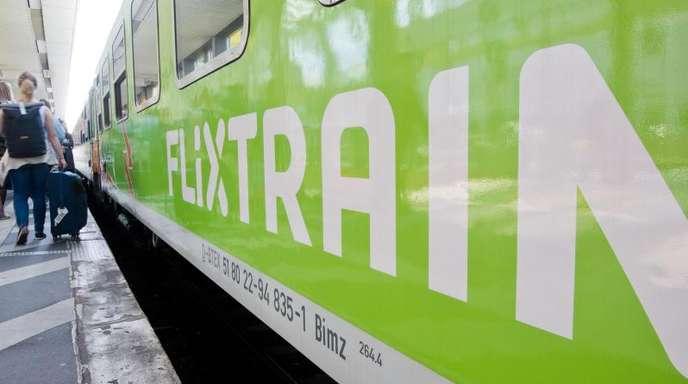 Ein Flixtrain hält auf der Verbindung Berlin - Köln im Hauptbahnhof Hannover. Das Angebot soll nun noch erweitert werden.