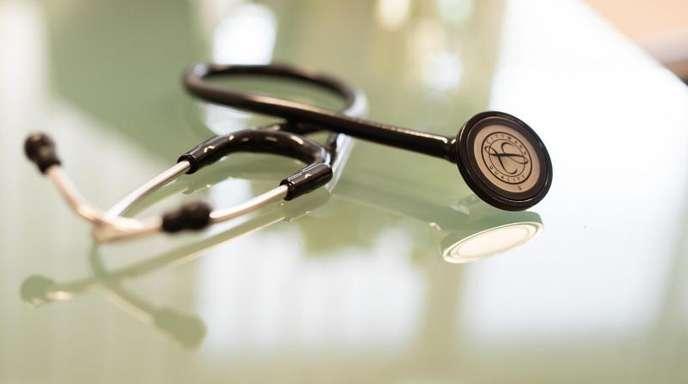 Nach Jahren mit hohen Überschüssen drohen den gesetzlichen Krankenkassen einer Prognose zufolge in einigen Jahren wieder Defizite.