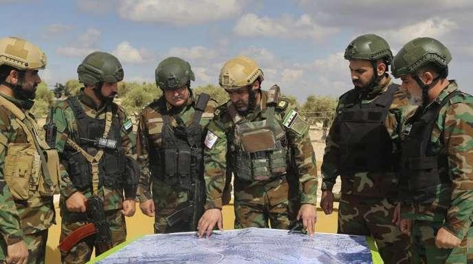 Lagebesprechung:Von der Türkei unterstützte Streitkräfte der «Freien Syrischen Armee» während eines Manövers in Vorbereitung auf einen möglichen türkischen Angriff.