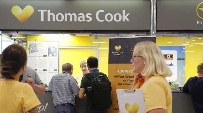 Vorläufig fliegt gar nichts mehr: Urlauber vor dem Büro von Condor und Thomas Cook im Flughafen Palma de Mallorca.