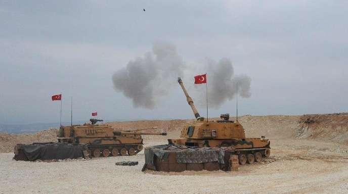 Dieses vom türkischen Verteidigungsministerium zur Verfügung gestellte Foto zeigt eine militärische Operation an der türkisch-syrischen Grenze. Die Türkei hat nach Luftangriffen gegen kurdische Milizen in Nordsyrien nun auch eine Offensive mit Bodent