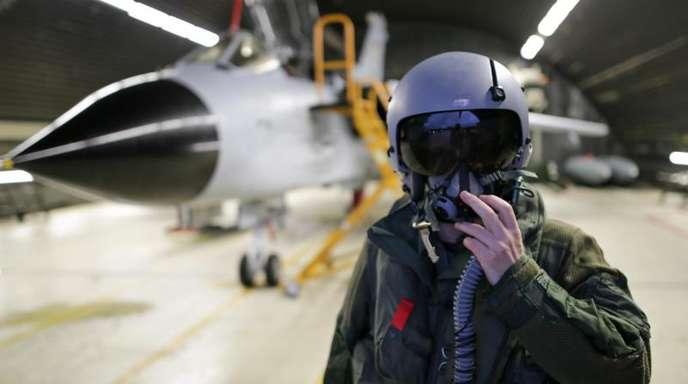 Ein Waffensystemoffizier des Taktischen Aufklärungsgeschwaders 51 «Immelmann» steht auf dem Fliegerhorst vor einem Tornado-Aufklärungsflugzeug.