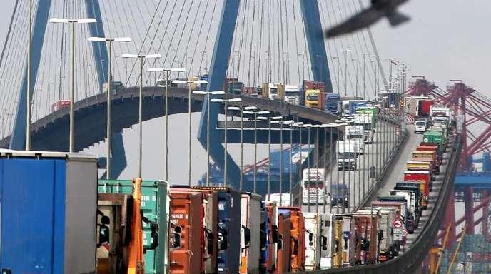 Mit Containern beladene Lastwagen stauen sich auf der Köhlbrandbrücke im Hamburger Hafen: Der Außenhandelsverband BGA hatte jüngst seine Prognose für dieses Jahr nach unten korrigiert.