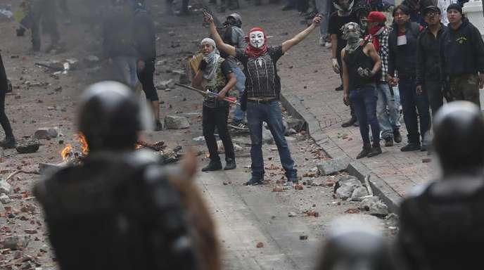Polizisten und Demonstranten stoßen bei dem Protest gegen Präsident Moreno und dessen Wirtschaftspolitik zusammen.