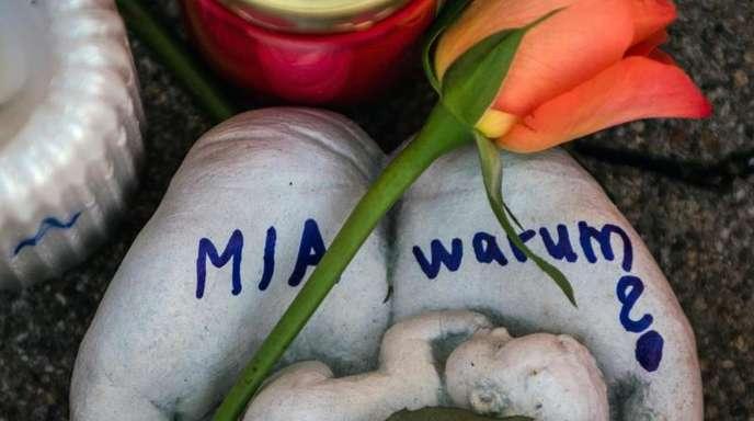 Eine Skulptur in Form zweier Handflächen mit der Aufschrift «Mia warum?» und eine Rose liegen vor dem Drogeriemarkt, in die 15-jährige Mädchen von ihrem Ex-Freund erstochen wurde.