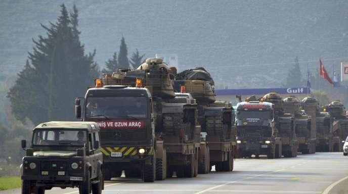 Ein Konvoi türkischer Militärlaster auf dem Weg nach Syrien.