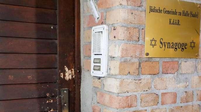 Die Tür der Synagoge weist Spuren von Beschuss auf. Bei dem Angriff legte der Täter auch selbstgebastelte Sprengsätze vor dem Gotteshaus ab.
