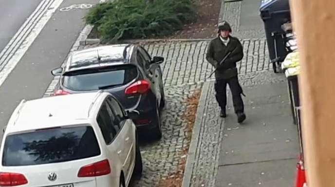 Das Videostandbild zeigt den schwerbewaffneten mutmaßlichen Täter vonHalle.