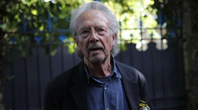 Literaturnobelpreisträger Peter Handke steht auf dem Grundstück seines Hauses in Chaville.