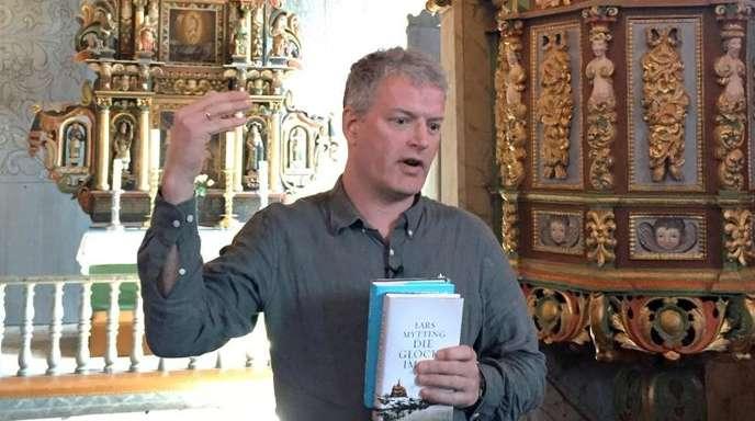 Lars Mytting stellt in der Stabkirche von Ringebu seinen Roman «Die Glocke im See» vor.