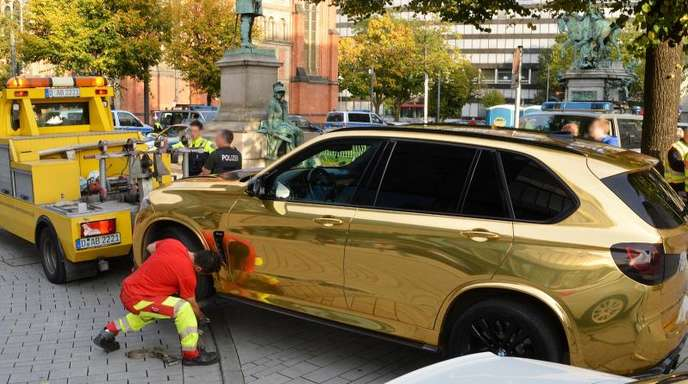 Der goldfarbene SUV wird nahe der Düsseldorfer Königsallee abgeschleppt.
