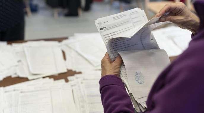Wahlhelfer sortieren Wahllisten für den Nationalrat.