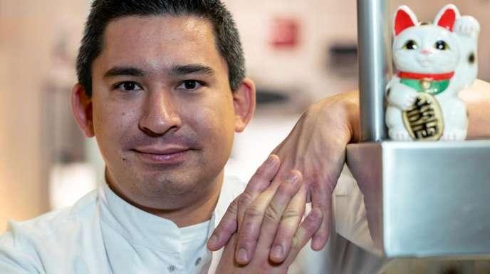 """Tohru Nakamura in der Küche des Restaurants """"Werneckhof"""" im Stadtteil Schwabing."""