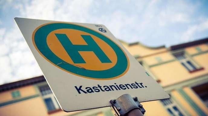 Die Bushaltestelle «Kastanienstraße» in der Außenkulisse auf dem WDR-Gelände in Köln-Bocklemünd.